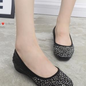 รองเท้าคัทชูผู้หญิง หัวตัด ผ้าฉลุลาย ประดับอะไหล่น่ารัก (สีดำ )