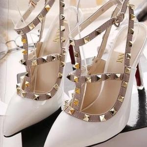 รองเท้าส้นสูงสีขาว ส้นเข้ม Valentino งานดี เกรดงานตัวแพง แบบเกร๋สายรัดข้อ2สาย แต่งด้วยมุดโลหะ สูง3.5นิ้ว ไม่สูงมากเดินสะดวก