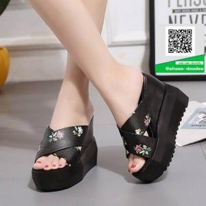 รองเท้าส้นเตารีดเปิดส้นสีดำ พิมพ์ลายน่ารัก (สีดำ )