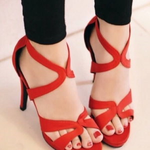 รองเท้าส้นสูงสีเเดง แบบเรียหรู งานขำเข้า วัสดุทำจากเนื้อผ้าชั้นดี มีซิปหลัง สวมใส่ง่าย ส้นเข้มสูง4.5นิ้ว