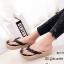 รองเท้าแตะผู้หญิงสีดำ แบบคีบ แต่งอะไหล่คริสตัลหน้าดอกซากุระ (สีดำ )